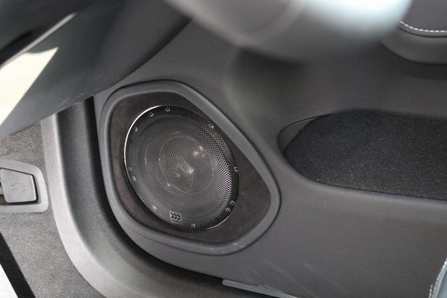ドアにはモレル38thモデルのミッドバスをインストール。バッフル面には人工スエードを使ったデザイン処理を施す。