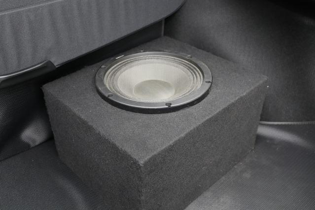 ラゲッジには大きく加工すること無くサブウーファーのエンクロージャーを設置するスタイル。シンプルな作りで高音質を狙う。