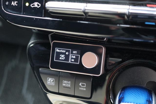 プラグ&プレイDSPのコントローラーをダッシュまわりにインストール。小型パーツなので取り付け場所を選ばないのも魅力。