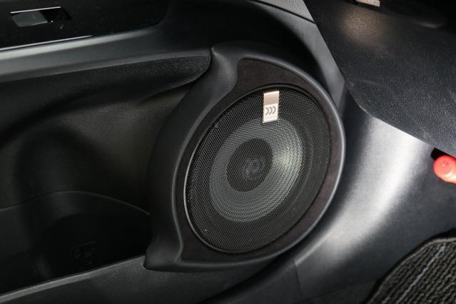 アウターバッフルはデザイン性を高めた処理が光る。ドアポケットからのラインを引き継ぐバッフル形状が個性的だ。