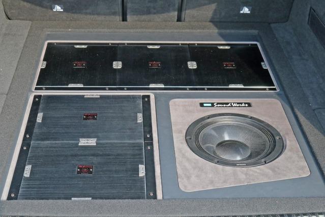 ラゲッジをフルに使ったインストールスタイルは圧巻Xシリーズのアンプを5台積み込んだ豊かなシステムがサウンドの根幹。