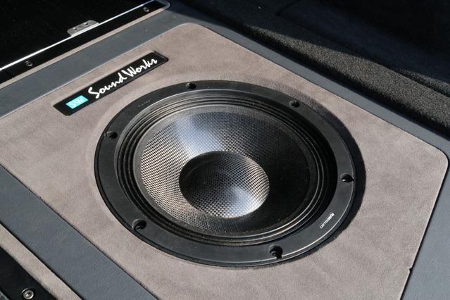 サブウーファーにはカロッツェリアの最高峰モデルであるRSスピーカーのTS-W10000RSをインストール。