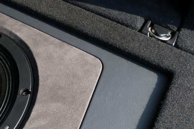 グレーのレザーに加えてブラウン系の人工スエードをコンビネーションで使っているのもこのラゲッジのデザイン上のポイント。
