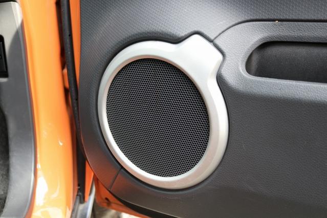 シンフォニ クワトロリゴ・テンポシリーズのミッドバスをドアにインナー取り付け。高品質スピーカーを手軽に利用する例だ。