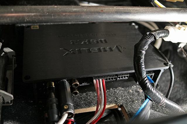 シート下にはDSPやパワーアンプを凝縮してインストール。パネルの上面にはヘリックスのDSP3をインストールしているのが見える。