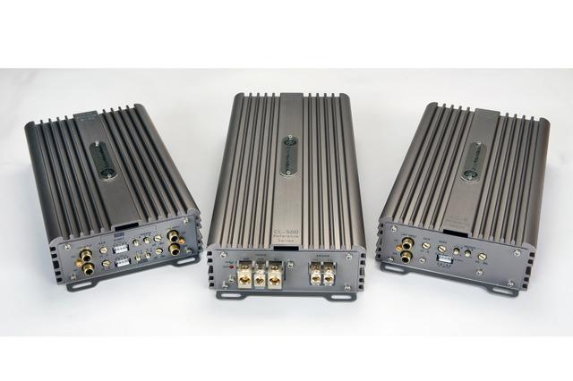 外部パワーアンプの一例(DLS・CCシリーズ、左から4chモデル、1chモデル、2chモデル)。