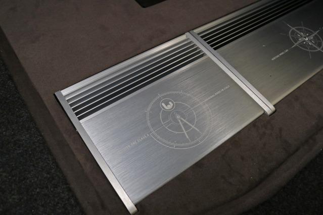 左サイドに設置したPrecision Oneはツイーターをドライブする。ブラウンのボードに埋め込み設置されるスタイルもスマート。