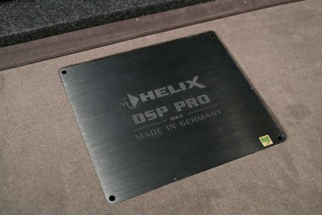 DSPとしては定番モデルとなっているヘリックスのDSP PRO MkIIをチョイス。アンプとオナ地面にインストールしてアピールする。