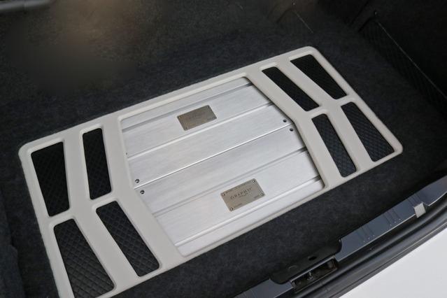 トランクルームのフロアにはデザインされたアンプラックを設置。ホワイトのパネルとパワーアンプのコーディネートが美しい。