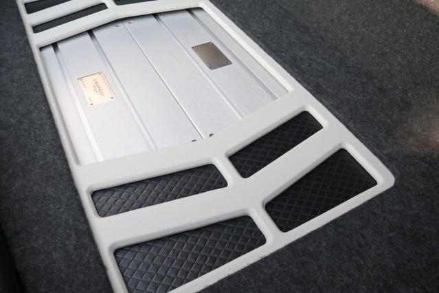アンプラックの両サイド部にはブラックのレザーにステッチを施したデザイン処理を加え、アクセントとしているのも独特。