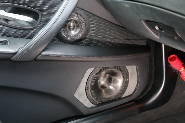 RSスピーカーのミッドバスはドア下部にアウターバッフルを組んでインストール。グレーのバッフルにユニットが映える。