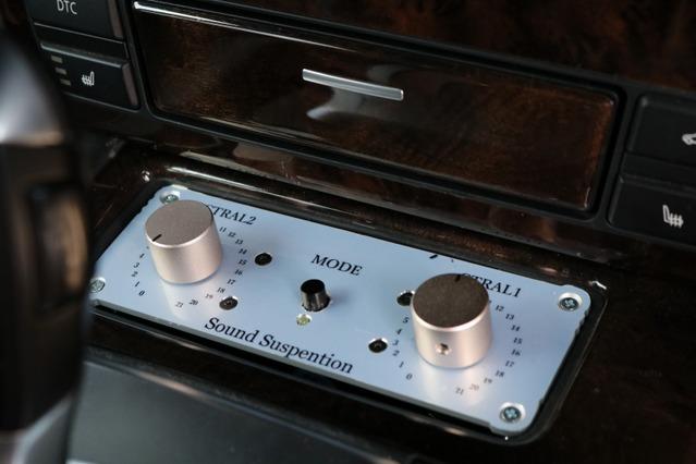 DSPの操作部をワンオフしてコンソールにビルトイン取り付けする。高音質なアナログボリュームの採用など音質面でもこだわった。