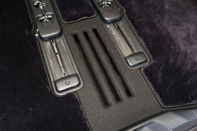 サブウーファーからの低音の車内に響き渡らせるためにフロアパネルには音抜け用のスリット加工が施されている。