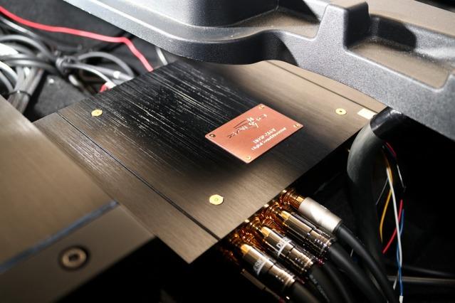 フロア下のアンプラックの右側にはザプコのプロセッサーであるHDSP-Z16VAD-8Aの本体ユニットがインストールさせている。