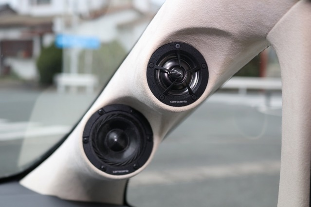 RSスピーカーのツイーター、ミッドレンジをピラーにビルトイン。広いステージングを獲得した重要な要因になっている。