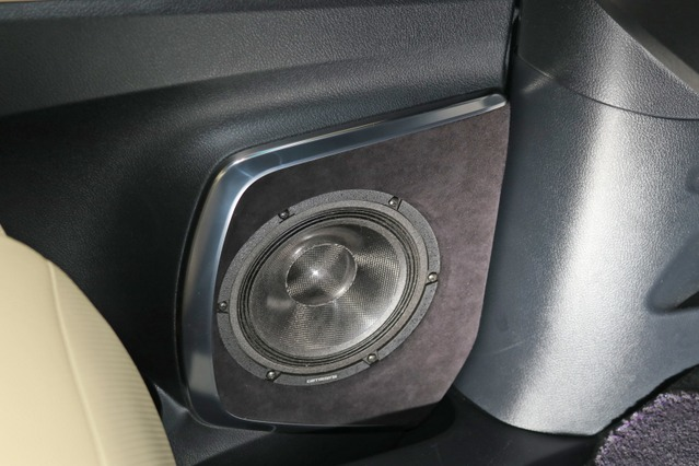 ミッドバスはドアへアウターバッフルを組むことでインストールしている。内張りなどは加工せずバッフル面のみで処理した。