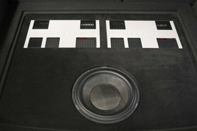 手前にモレルのサブウーファー、奥にはモスコニのパワーアンプ×2台をインストールするラゲッジ。左右対称で美しい。