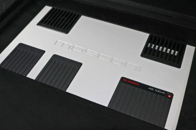 モスコニのパワーアンプ・AS100.4をインストールしたラゲッジ。ラゲッジを目一杯使い左右に並べてレイアウトする。