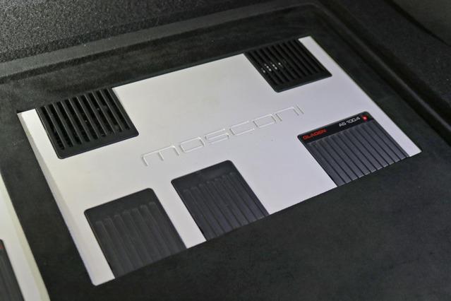 ホワイト&ブラックのフェイスパネルを持つモスコニAS100.4。ラゲッジにビルトインしたスタイルもインパクト十分。
