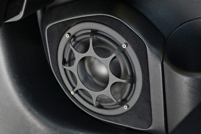 フロントスピーカーにはモレルの3ウェイをチョイス。ドアのミッドバスはイレイトTi MW6をアウターバッフルで取り付ける。