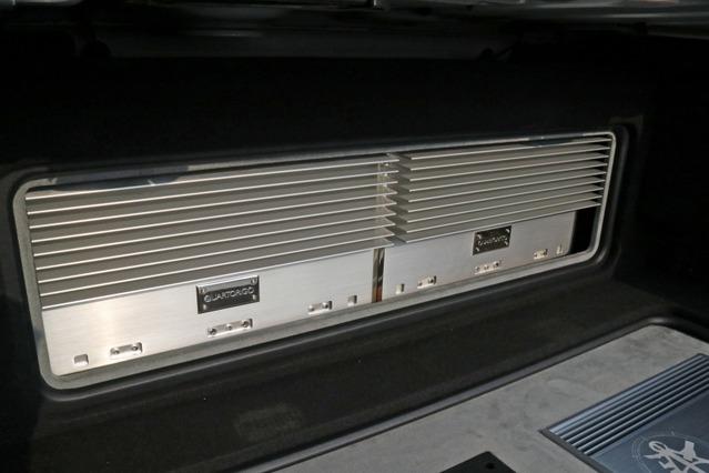 ウォール面にはシンフォニ・クワトロリゴのA級アンプをビルトイン。存在感のあるヒートシンクなど個性的なデザインが光る。