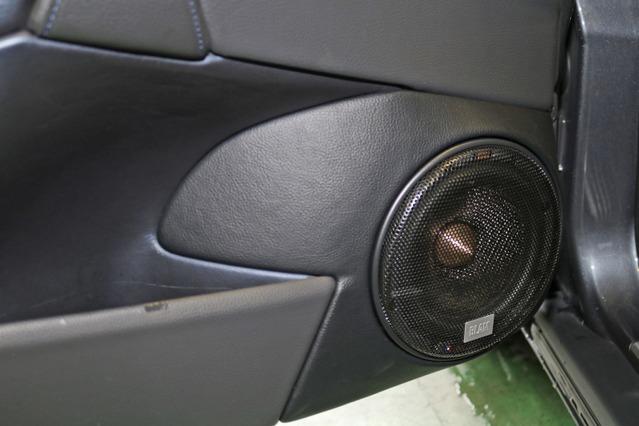 V70Rのドア形状をうまく利用したアウターバッフルを組んだ。ブラム・シグネチャーシリーズのミッドバスをインストールする。