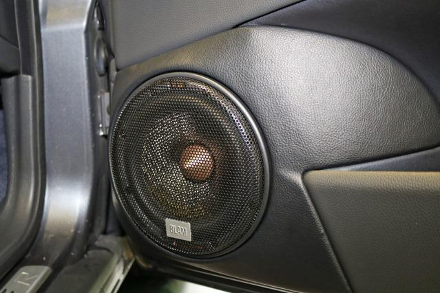 ブラム純正のプロテクションを使ったデザインもシンプルで機能的。音質面と使い勝手をしっかり両立させている。