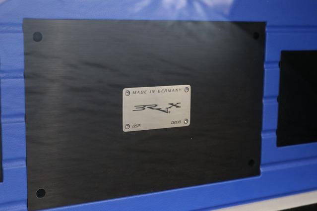 トランク前方のウォール面にもユニットをインストールする。中央部にはブラックスDSPをビルトインしている。