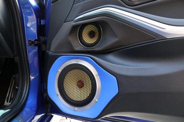 ドアの純正スピーカー位置にはZRスピーカーのミッドレンジをビルトイン、ミッドバスはドア下部を大幅加工して取り付ける。