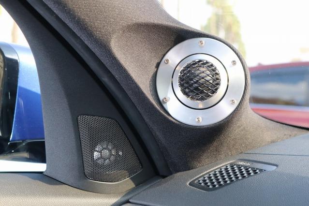 AピラーにはZRスピーカーのツイーターをビルトイン取り付け。ドアミラー裏には超高域を担当するスーパーツイーターを取り付け。