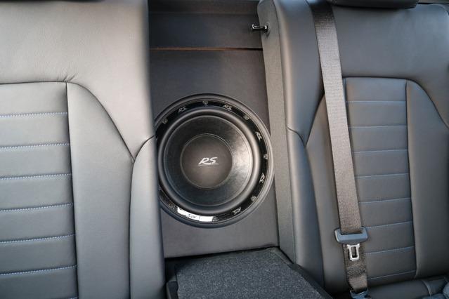 サブウーファーにはRSオーディオの10インチユニットをチョイス。フロントスピーカーとマッチする質の高い低音を響かせる。