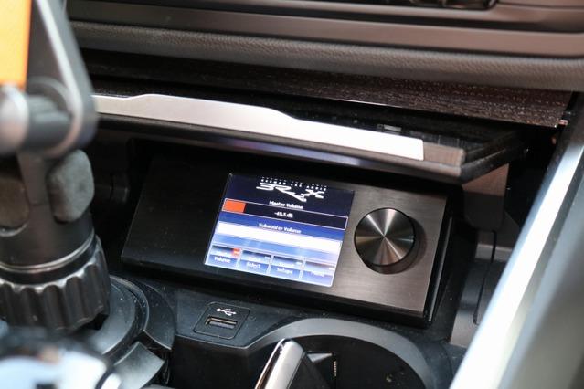 ブラックスDSPをコントロールするダイレクターはセンタークラスター下部にさりげなく設置され操作性も上々。