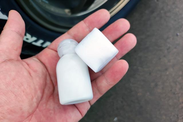 キューブ型メラミンスポンジと、携帯用に移し替えた液体クレンザー