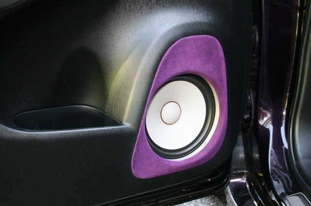 アウターバッフルで組まれたグラウンドゼロのミッドバス・GZPK16SQ。パープルのバッフル面が美しく決まる。