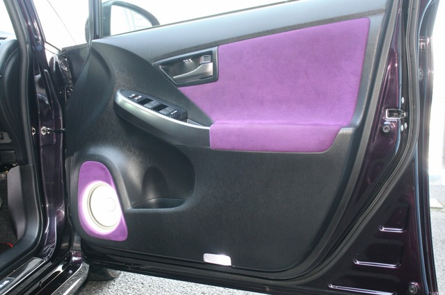 ドア上部にもテーマカラーとなっているパープルの人工スエードを使った張り替え処理を施す。部分的な色使いがセンスを感じさせる。