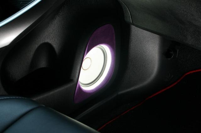 ミッドバスにはLEDを用いたイルミ効果も投入される。ホワイトの振動板ならではの発光が見られるのもこのスピーカーならでは。