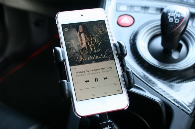 普段のドライブで聴く音源の多くはiPod touchに収録している。普段使いも便利で手軽に好きな音楽を聴く環境を作る。
