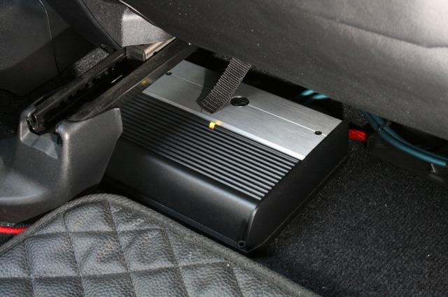 シートの下にはサブウーファー用のパワーアンプとしてJLオーディオのXD300/1V2をインストールしている。