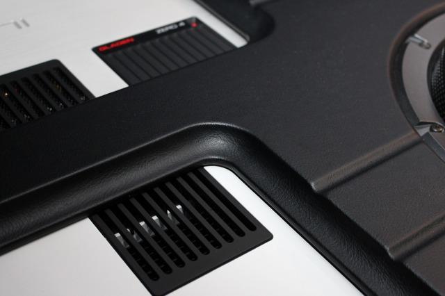 パワーアンプの周囲はパネル面を一段落とし込む繊細なデザイン処理が施されている。アンプとパネルの統一感を引き出す。