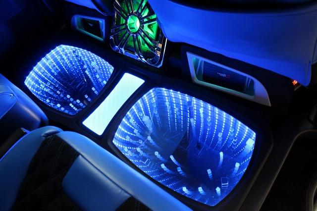 LEDホールを設置したセカンドシートのフロアスペース。脱着可能なパーツだとは思えないフィット感で後席を華やかに彩っている。