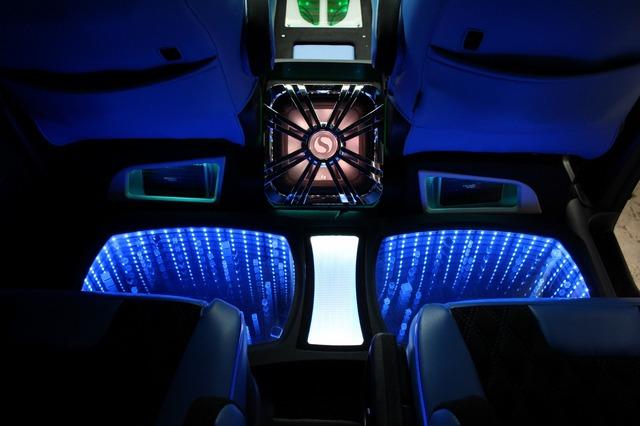 コンソールの後端部分にサブウーファーを、両サイドのシート背面にパワーアンプをインストールした左右対称のインストール。