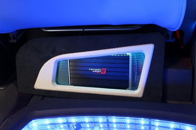 フロントシートの背面下部にボードを設置してサーウィンベガの小型アンプであるB50シリーズをインストール。