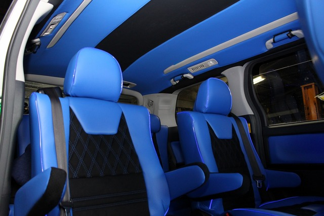 シートや天井、ドアトリムなどはインテリアのイメージカラーとなっているブルー×ブラックで統一されている。