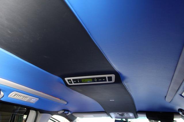 天井は中央部をブラックで張り替え、両サイドをブルーとするツートーン処理。インテリアのカスタムレベルを高めるポイントだ。