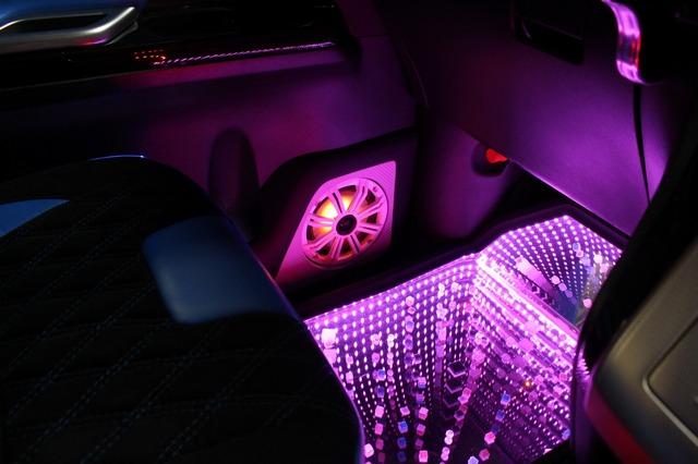 フロントシートの足もとスペースにも脱着式のLEDホールを設置する。コクピットまわりを華やかに彩るアイデアパーツだ。