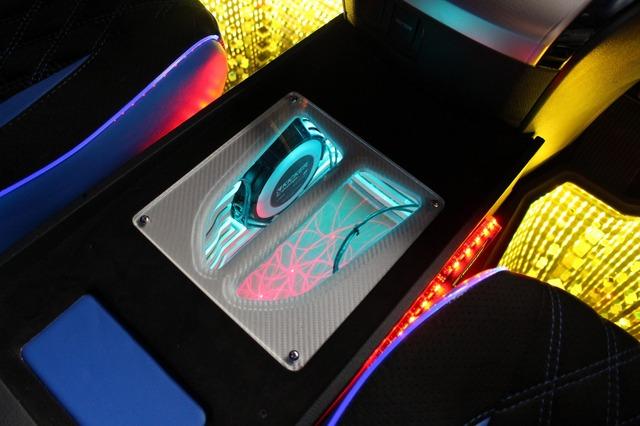 ワンオフしたセンターコンソールはサブウーファーのエンクロージャー。イルミによるドレスアップ効果も満載した注目アイテムだ。