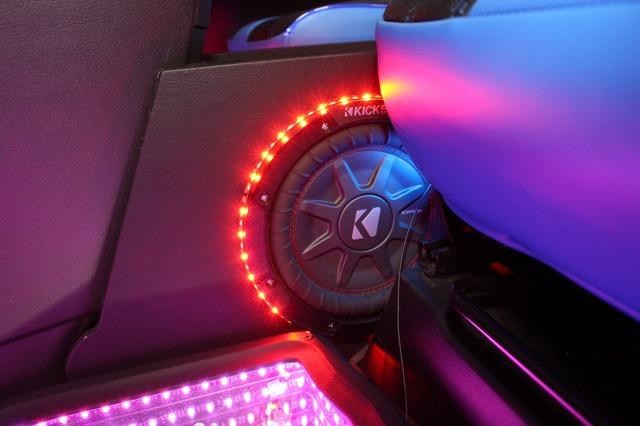 センターコンソールの助手席側にはサブウーファーの振動板が見える。8インチサイズのサブウーファーで前席の低音をカバーする。
