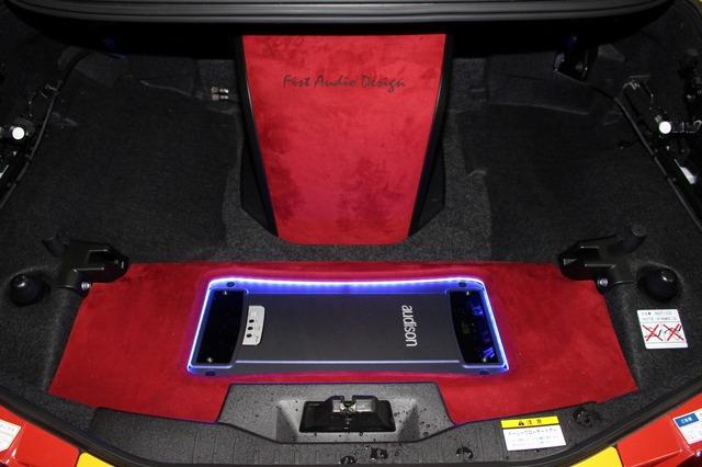 トランクルームを赤とカーボン、そしてブルーのイルミで彩るアンプラック&エンクロージャー。限られたユニットで効果を引き出す。