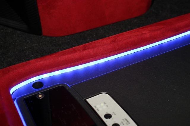 アンプの周囲にはアクリルとLEDを配置してアンプを間接照明で浮かび上がらせるイルミ効果を発揮する。