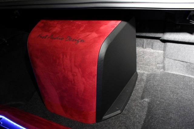 サブウーファーのエンクロージャーはトランクルーム中央に設置。平行面を持たないボックス設計で内部の定在波をカットしている。